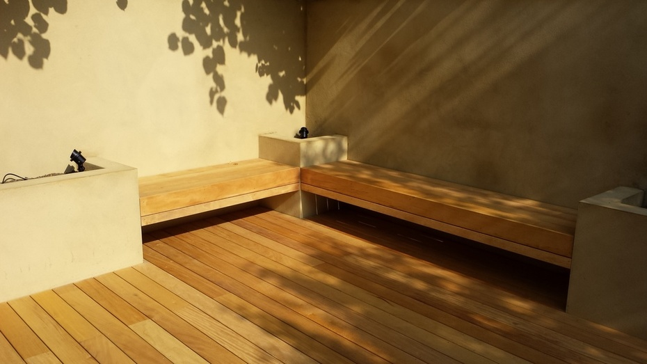Corner deck with double floating benches