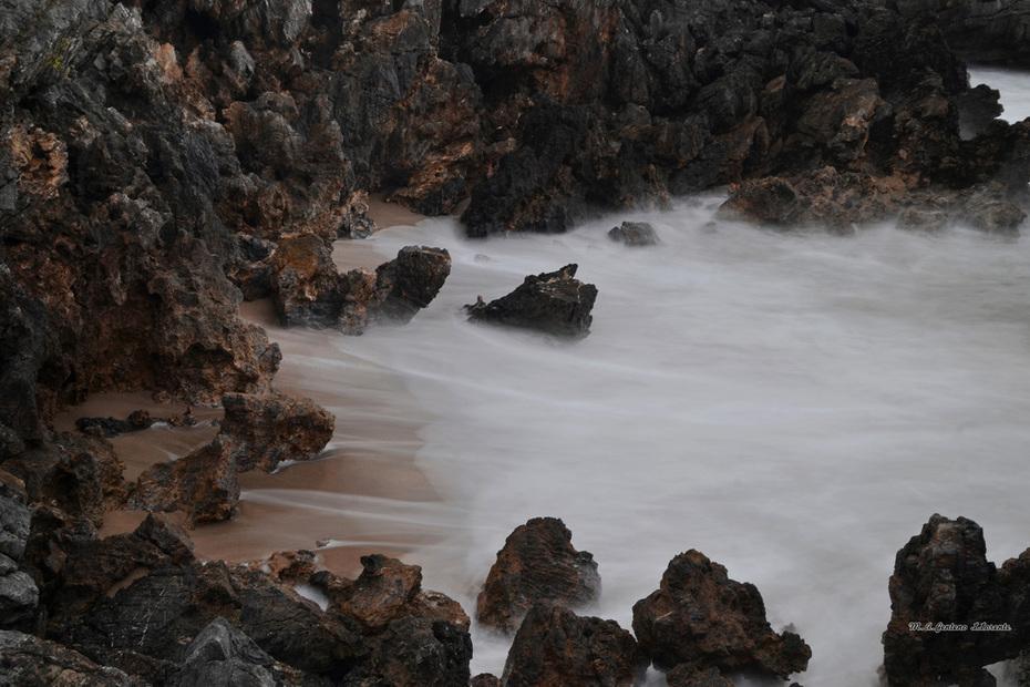 El mar entre rocas.