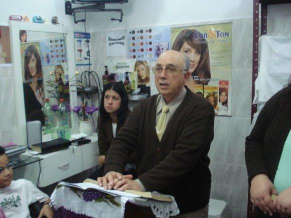 Pr.Dilson Pregando no Salão de Beleza da Ir.Hosana