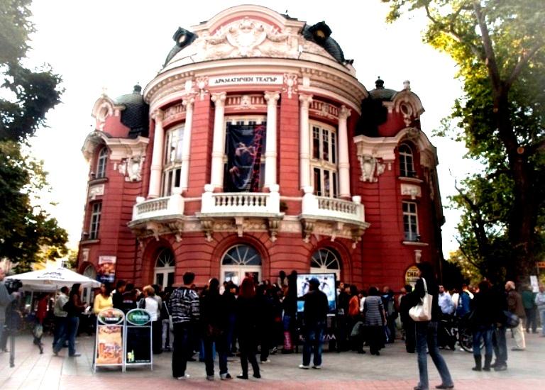 Театъра - сградата и зрители  photo_verybig  2