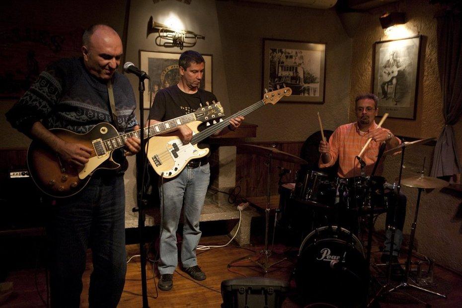 Blues Revenge trio Live at Blues Bar