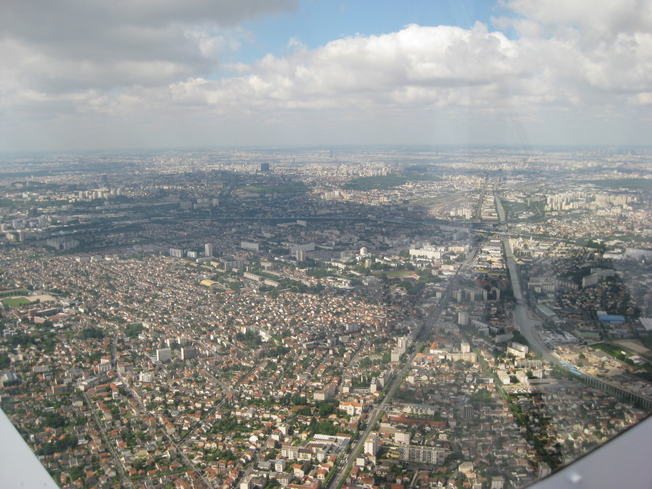 Light back - view of Paris over the right wing of the 650E