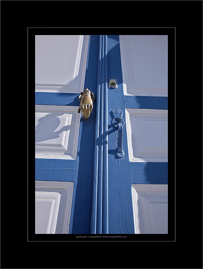Πόρτα με ρόπτρο στον Πύργο Σαντορίνης
