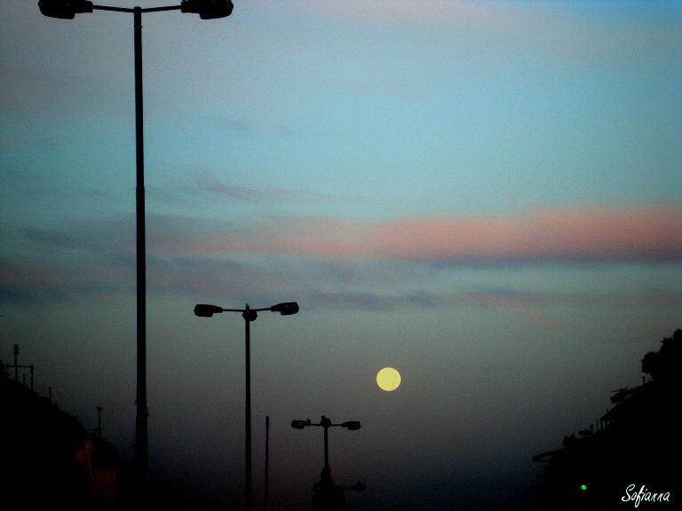 Το φεγγάρι στο βάθος του δρόμου....