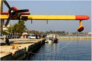 Βάρκες και αεροπλάνο στο λιμάνι του Ωρωπού.