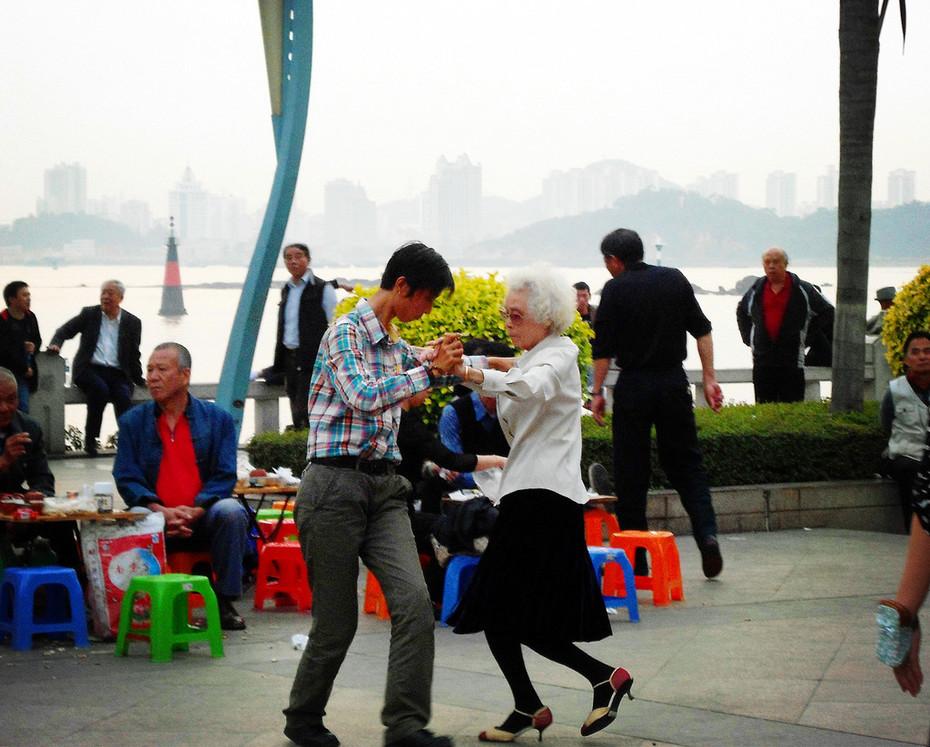 Agnes Chong: 晨舞河畔
