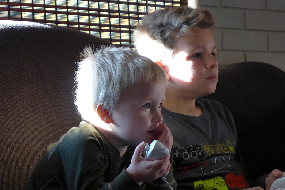 Liam & Miles Playing Wii