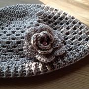 Mütze mit Blume