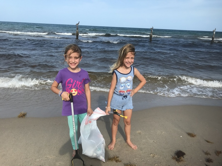 These Texas Twins are doing their part to clean the beaches.