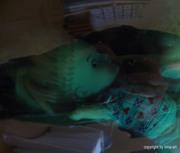 Unterwasserinstallation, grüngefärbtes Wasser und Püppchen