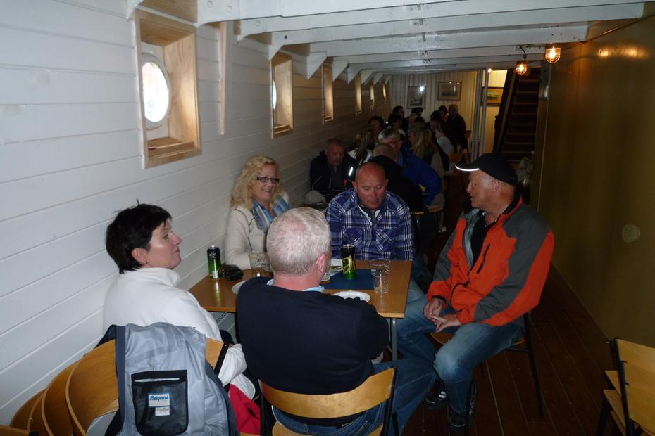 DS - Stord I - folk kosa seg om bord
