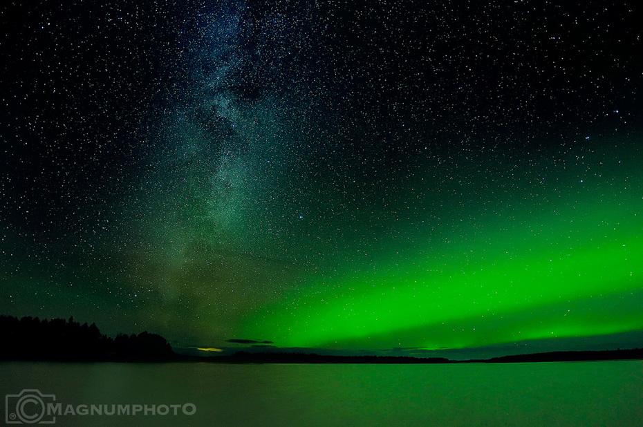 Vintergatan och lite norrsken över sjön i Moskosel, 17 okt 2017.