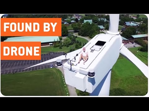 Um banho de sol no topo de uma turbina eólica