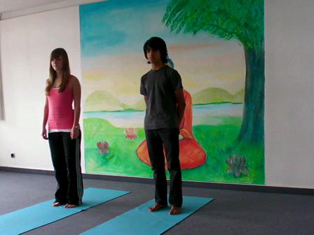 Jugendlichen-Yoga-Vorführung Heuschrecke