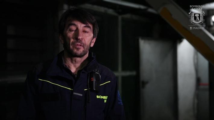 ENTRENAMIENTO EN EXTINCIÓN DE INCENDIO BAJO EL NIVEL DEL SUELO REALIZADO POR BOMBEROS DE MADRID EN LAS INSTALACIONES DE LA CALLE 30 - MADRID, ESPAÑA