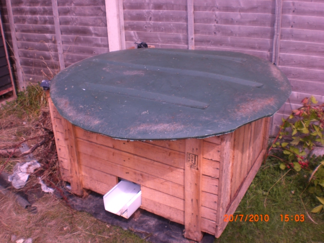vermi composter i made from salvaged bits and pieces, free, the lid needs sorting... and hinges, the shoot is for ccompost tea