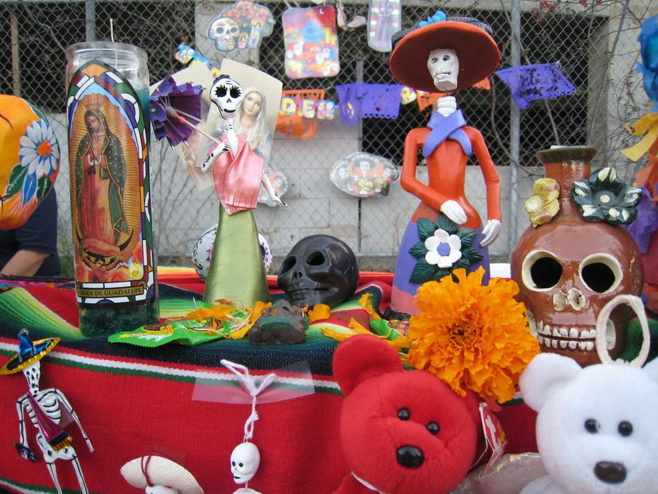 shrine at Dia De Los Muertos fiesta por Centro Del Pueblo in Echo Park