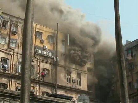 30 de Marzo de 2010 / Hombre cae desde un Edificio en llamas en Kolkata, India / Imagenes Fuertes, se recomienda discrecion