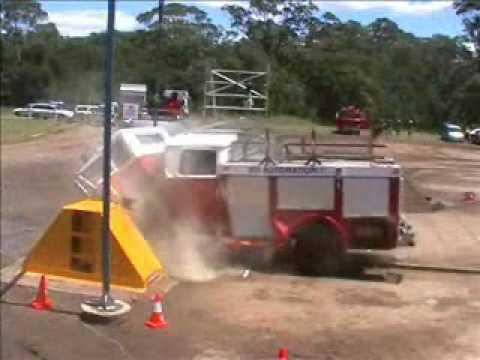 """Crash Test (""""test de choque"""") de un camión de bomberos, cadáveres prestando servicio para salvar vidas."""