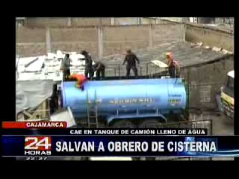 09.12.11 / Bomberos salvan a obrero luego de haber caido en camion cisterna / PERÚ