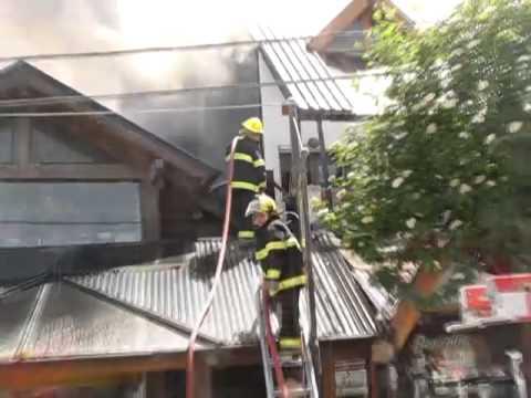 Incendio de Vivienda en Villa la Angostura, Argentina / Video Destacado de La Hermandad de Bomberos