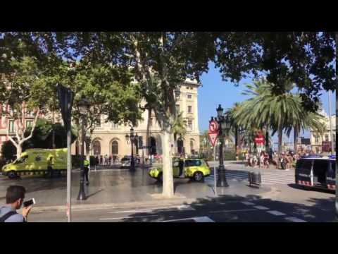 ARRIBO DE LAS AMBULANCIAS AL LUGAR DEL ATENTADO EN LA RAMBLA DE BARCELONA - ESPAÑA