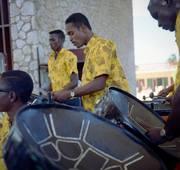 Steelband tocando na Aruba Caribbean Hotel na aña 1966