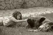 Η κορη μου με το σκυλο του παππου