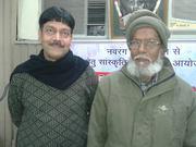 वरिष्ठ शायर जनाब मेयार सनेही के साथ अभिनव अरुण सुखनवर की ११ वीं नशिस्त में १३ जनवरी २०१४ , पराड़कर भवन , वाराणसी