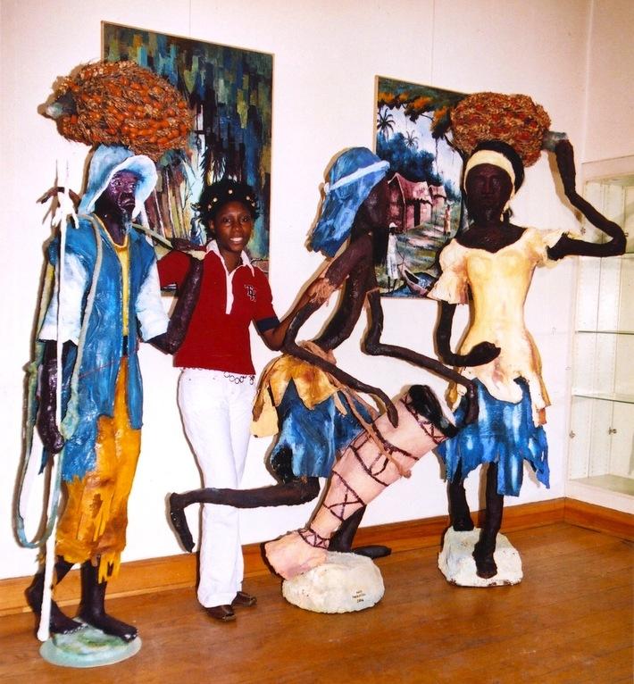 L'artiste et trois sculptures