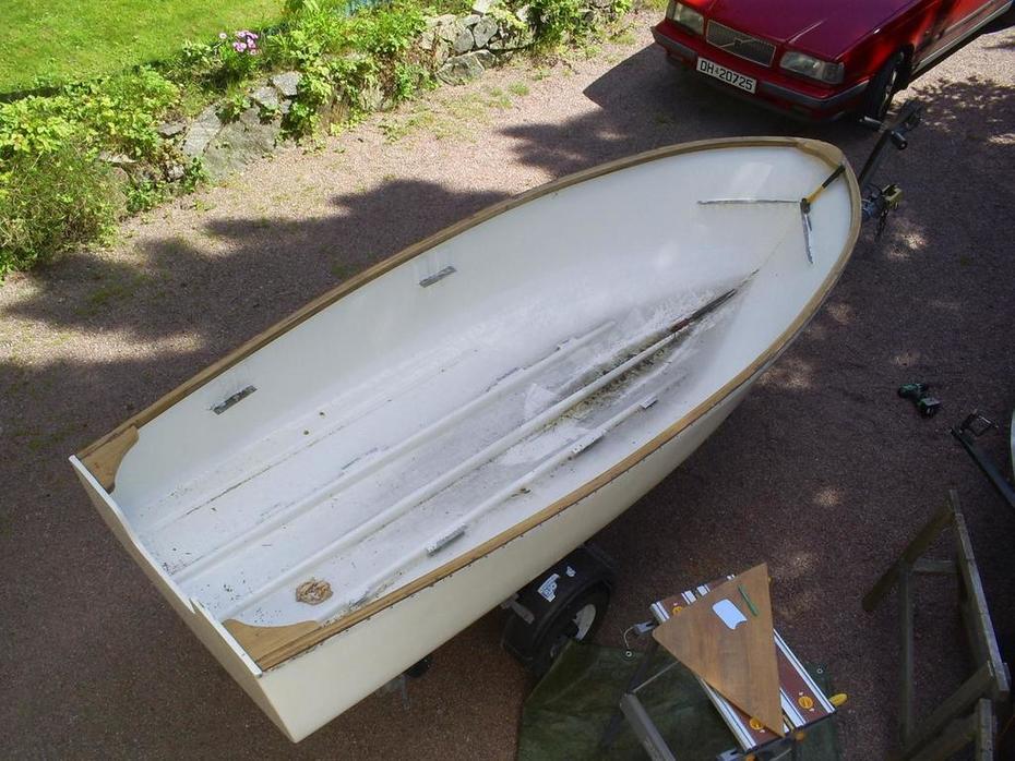 plastbåten med lister rundt esingene