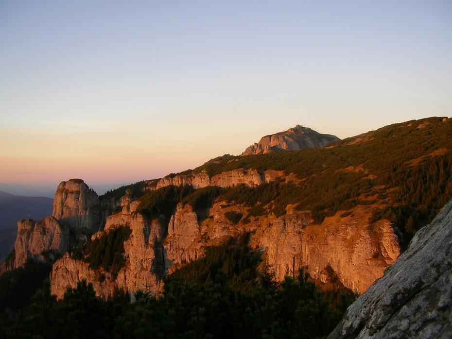 Lumina apusului pe creste de munte-Ceahlau oct2012 080