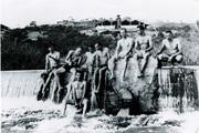 rapazes na barragem da represa do Rio Betim, déc. de 40