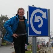 Kees Kaldenbach bij een verkeersbord voor scheepvaart
