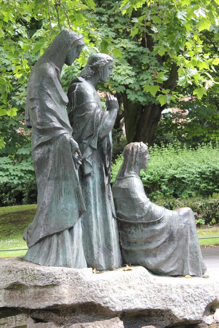 St Stephen's Green (Irish: Faiche Stiabhna)