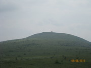 Гора Шаманский бубен. Находится напротив плато.