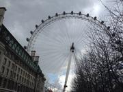 Лондон- Глаз Лондона (колесо обозрения) и вид на БигБенБиг Бен - огромные часы, установленные на башне Святого Стефана Вестминстерского дворца