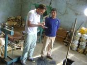 17 - Gerente da Cooperativa, Sr. Josias, mostrando a separação do ferro da cassiterita