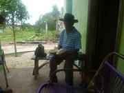 22 - Sr. George abrindo um cupuaçu, fruta tipica da região