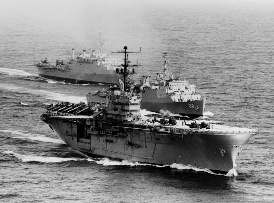 USS_Iwo_Jima_(LPH-2),_USS_Thomaston_(LSD-28)_and_USS_Vancouver_(LPD-2)_off_Vietnam_on_4_January_1967