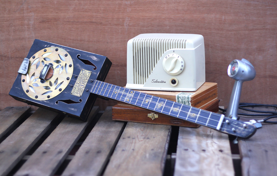 3 string guitar and vintage recording gear