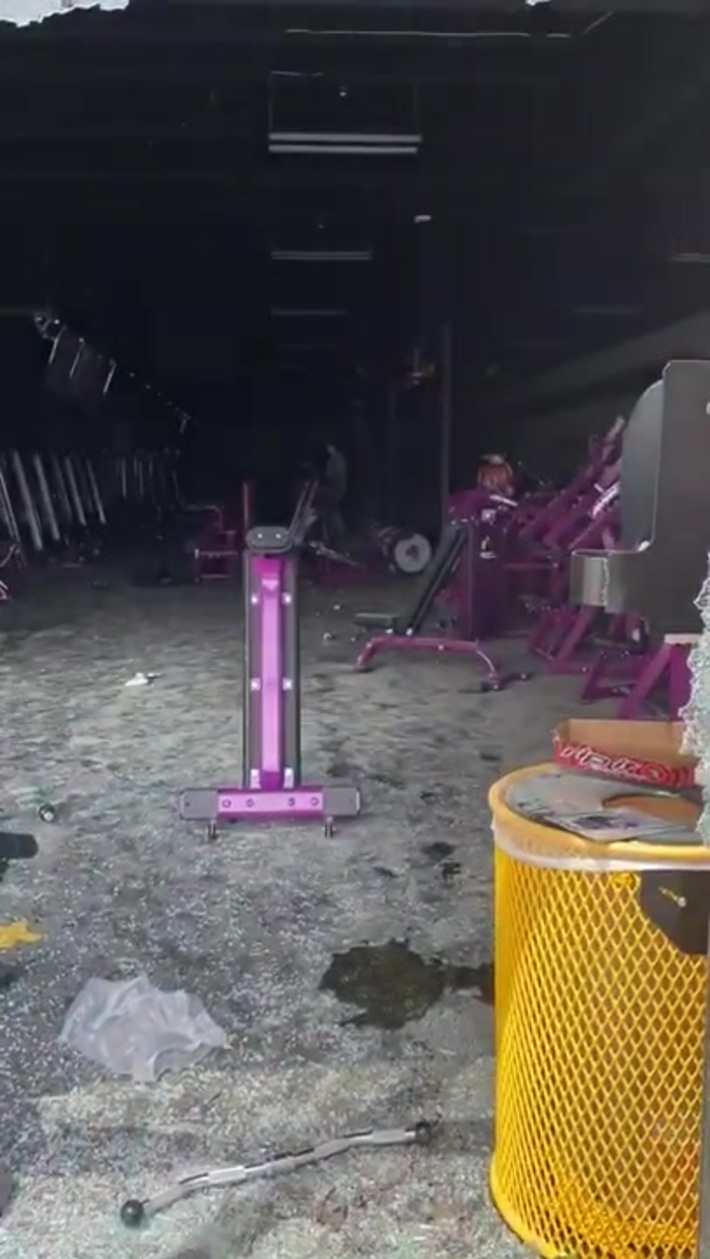 EPIC : Man Working Out in Planet Fitness During Minneapolis Riot