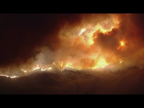 Fire rages and prompts thousands to evacuate in Southern California