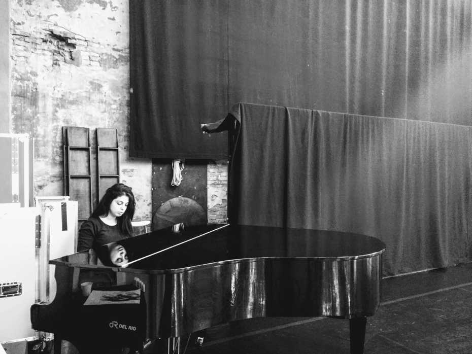 Ilaria Orefice singing piano
